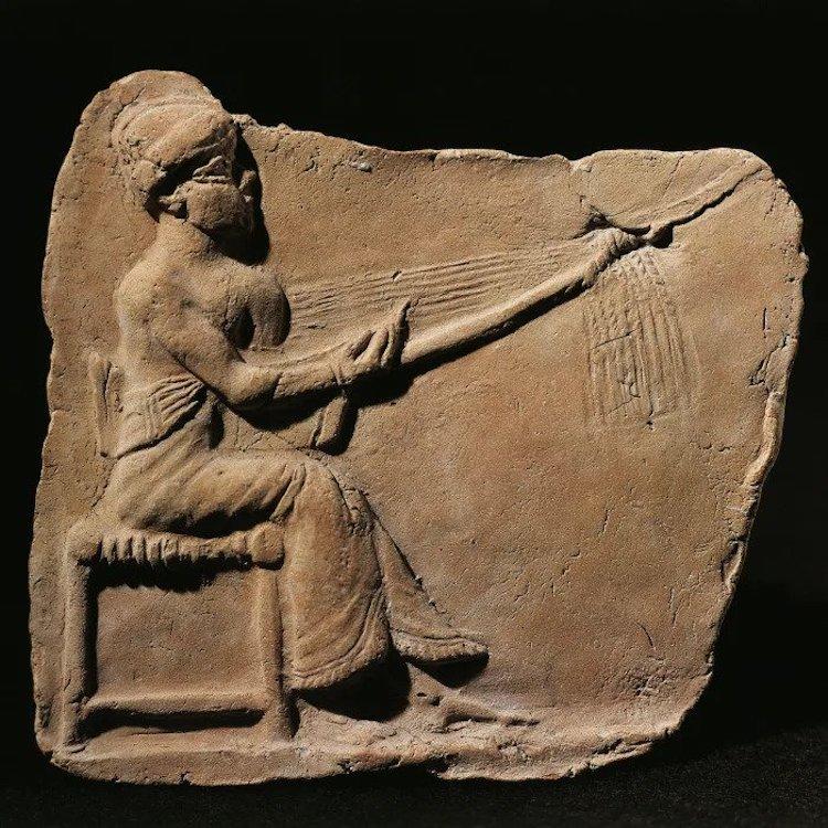 Dokuma yapan Mezopotamya kadını