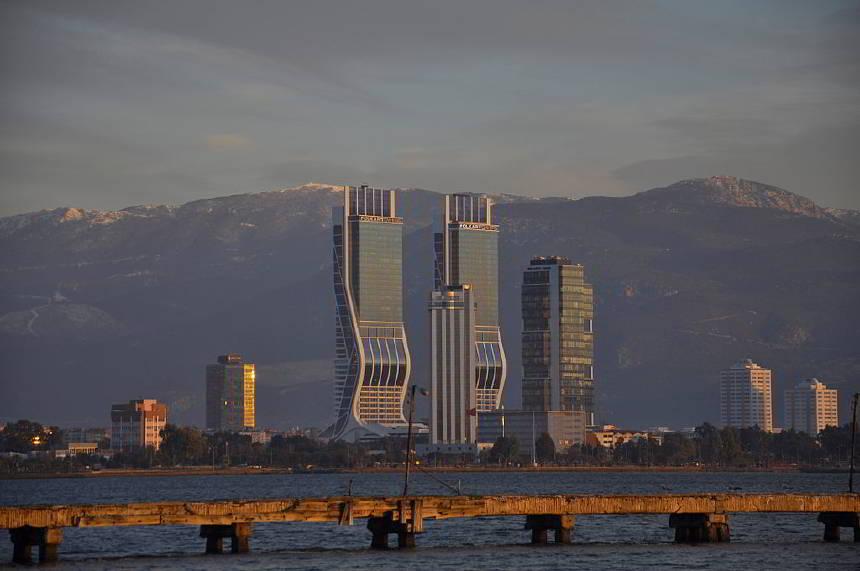 https://www.topragizbiz.com/img/images/izmir-bayrakli9d83dad453905854.jpg