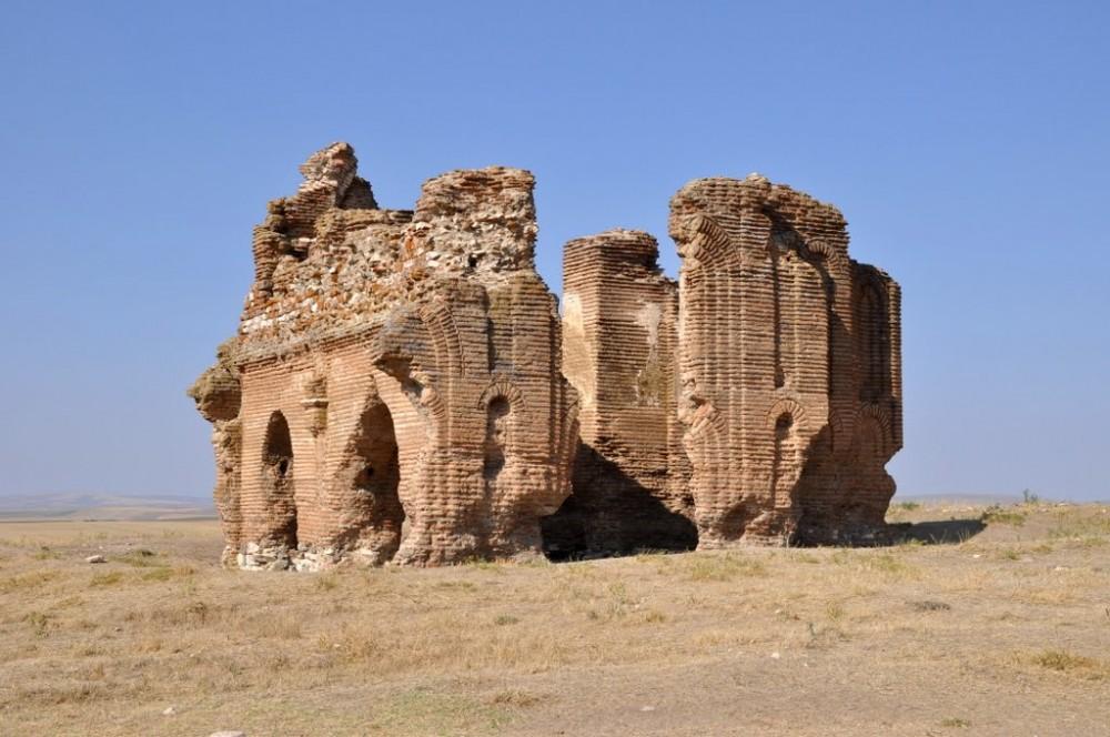 https://www.topragizbiz.com/img/images/uc-ayak-kilisesi2f52e4c8378ccbd2.jpg
