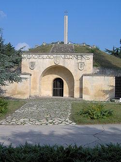 Varna  Muharebesinin yapıldığı yerde savaşta ölen kral Ulászló'nun onuruna  yapılmış anıt