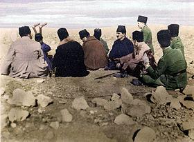 Türk komuta kademesi Duatepe'de savaşı yönetirken. Mustafa Fevzi (Çakmak), Köprülü Kâzım (Özalp), Mustafa Kemal (Atatürk), İsmet (İnönü) ve Hayrullah (Fişek)