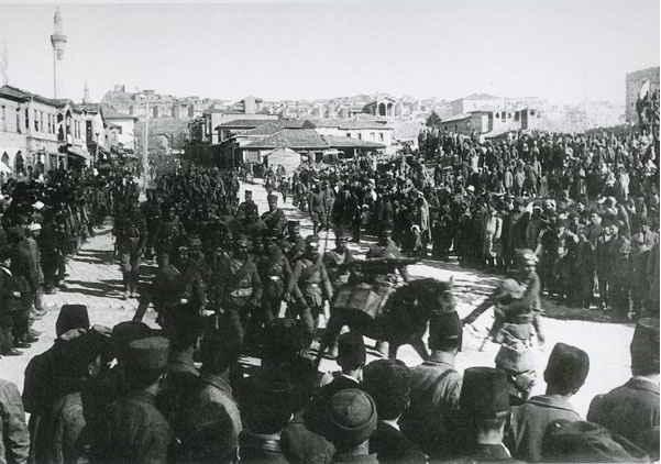 Ağustos 1922 ortalarında savaşa katılacak son birliklerin törenle ve dualarla Ankara Ulus Meydanı'ndan cepheye uğurlanışı.