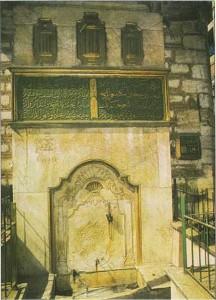 Kasımpaşa Deniz Hastanesi'nin üst başındaki Cezayirli Hasan Paşa Çeşmesi'nin bugünkü hâli. Celî sülüs ile yazılmış kitabesindeki tarih 1781.