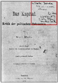 """Karl Marx,  Darwin'in teorisinin materyalizme ve dolayısıyla komünist  ideolojiye  büyük bir temel sağladığını açıkça belirtmişti. Marx,  Darwin'e olan  sempatisini, en büyük eseri sayılan Das Kapital'i Darwin'e  ithaf ederek  de göstermişti. Kitabın Almanca baskısına el yazısıyla  şöyle yazmıştı:  """"Charles Darwin'e, ateşli bir hayranı olan Karl  Marx'tan"""""""