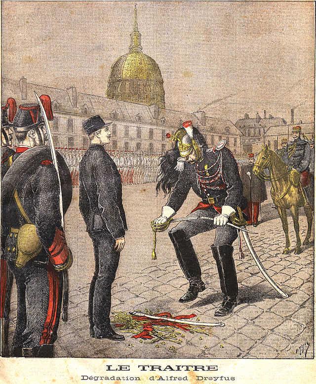 Dönemin Fransız gazetelerinde yer alan haberlerde Dreyfus'un rütbelerinin sökülüşü resmedilmiştir.