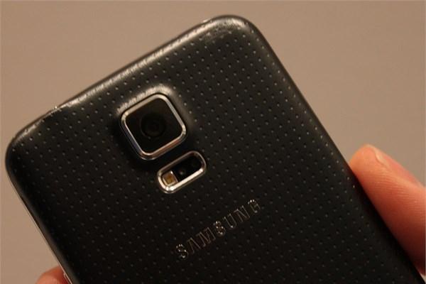 16 megapiksellik kameranın altında yer alan flaş, aynı zamanda tansiyon   cihazı görevi görüyor. Flaşın üzerine parmaklarınızı yerleştirdiğinizde   Galaxy S5 tansiyonunuzu ölçüyor.