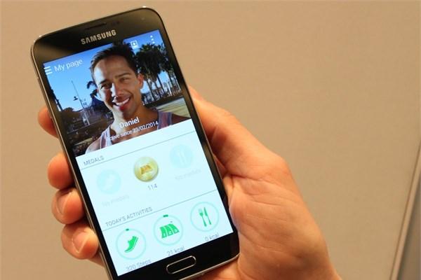 Galaxy S5, içerisinde S Health sağlık programıyla yüklü şekilde geliyor.   Kalp atışlarınızdan aldığı verileri kullanan yazılım aynı zamanda  günde  kaç adım attığınızı da ölçüyor.
