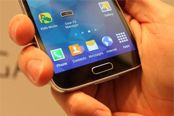 Telefonun ana menü ekranında parmak izi tarayıcısı bulunuyor. Bu tuşun  üzerinde parmağıızı kaydırarak telefonun kilidini açabiliyorsunuz. Aynı  tuşu kredi kartı ödemeleri yapmak için de kullanabilirsiniz.
