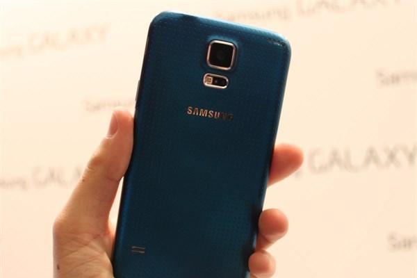 Galaxy S5 altın rengi olarak da tüketicinin beğenisine sunuluyor. <br /> İsteyenler için telefonun mavi renk seçeneği de mevcut.