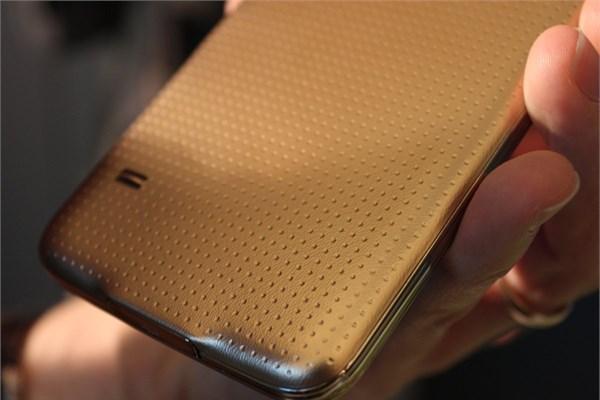 Suya ve toza dayanıklı olarak üretilen Samsung Galaxy S5`i birkaç dakika  suyun altında tuttuktan sonra sorunsuz kullanmak mümkün.<br />
