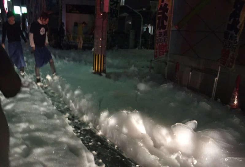 Japonya�da Depremin Ard�ndan Yollar� Kaplayan Gizemli K�p�kler
