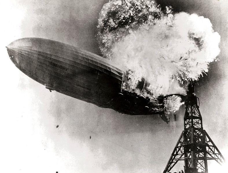 Hindenburg zeplininin alev aldığı an