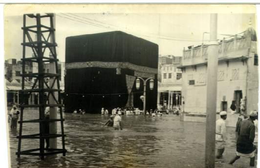 Mekke'de yağmur sokaklarda sele neden oldu