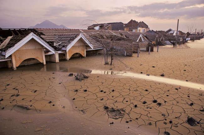 Kaynayan Nehir'in kökenini açıklamaya çalışan varsayımlardan biri de, doğalgaz çıkarmaya çalışan bir şirketin kaza sonucu jeotermal bir sistemi yarmış olmasıydı. Tıpkı 2007 yılında Endonezya, Lusi'de olduğu gibi. Lusi'de çamur akıntısı yaklaşık yedi kilometrekarelik bir alanı kaplamış ve 40 bin kişinin evini terk etmesine yol açmıştı.