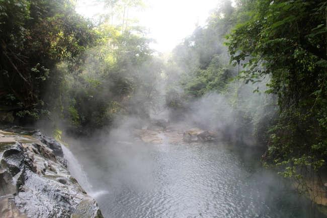 93˚C'yi bulan maksimum sıcaklığıyla Kaynayan Nehir aslında kaynamıyor, ancak yumurtanızı haşlayacak ve düşen her şeyi öldürecek kadar sıcak.