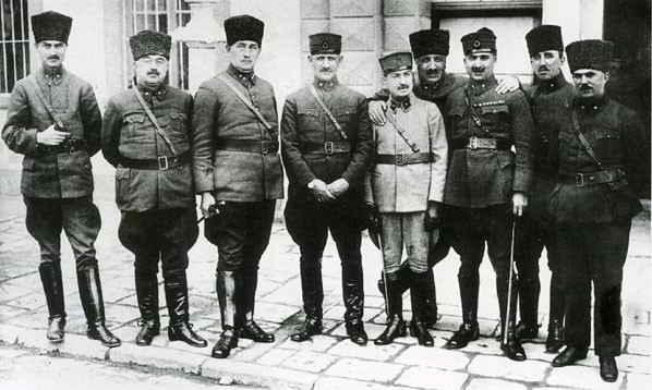 Kurtuluş Savaşı Komutanları: Soldan sağa: Mirliva Âsım (Gündüz), Mirliva Ali Hikmet (Ayerdem), Ferik Ali Sait (Akbaytogan), Mirliva Şükrü Naili (Gökberk), Mirliva Kazım (İnanç), Ferik Fahrettin (Altay), Mirliva Kemalettin Sami (Gökçen), Mirliva Cafer Tayyar (Eğilmez), Mirliva İzzettin (Çalışlar)