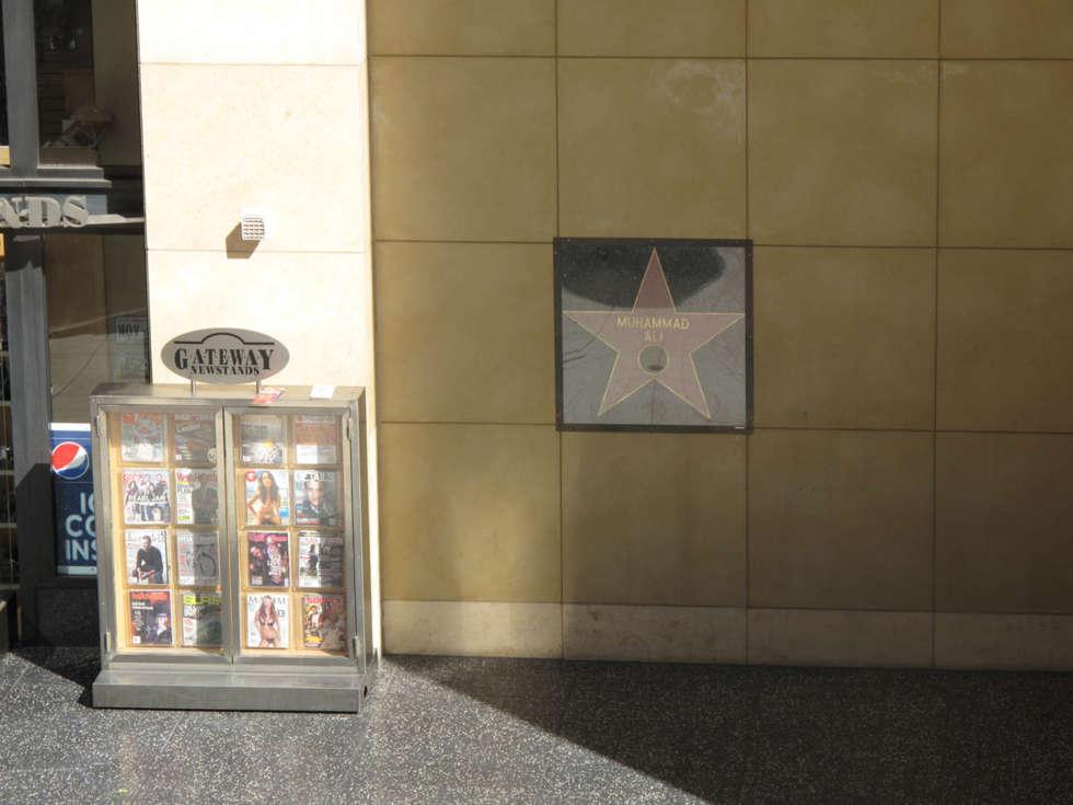 Hollywood Şöhret Yolu'nda  Muhammed Ali'nin Yıldızı Neden Yerde Değil de Duvardadır?