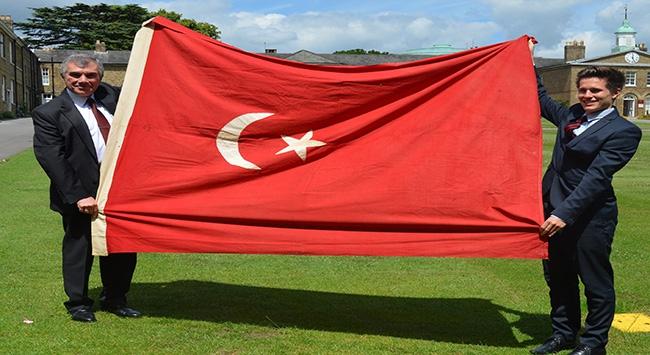 100 yıllık Osmanlı bayrağı iade edildi