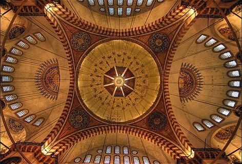Ayasofyanın  büyük kubbesini taşıyan payandaların hantal görünümüne  karşın  Süleymaniyede kubbe ağırlığı kademe kademe bir pramit gibi   aktarılmıştır