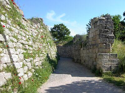 Kazılar sonucu ortaya çıkan antik kentin duvarları