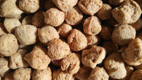 Proteini, yüksek olan ve kolestrol içermeyen soya eti veya tekstüre soya, soya fasülyesinden elde edilir.