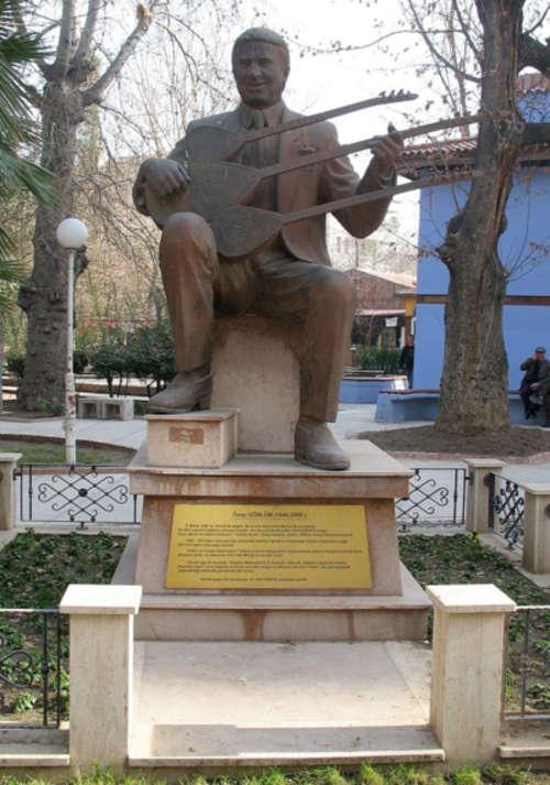 Denizli Çatalçeşme'deki Özay Gönlüm heykeli